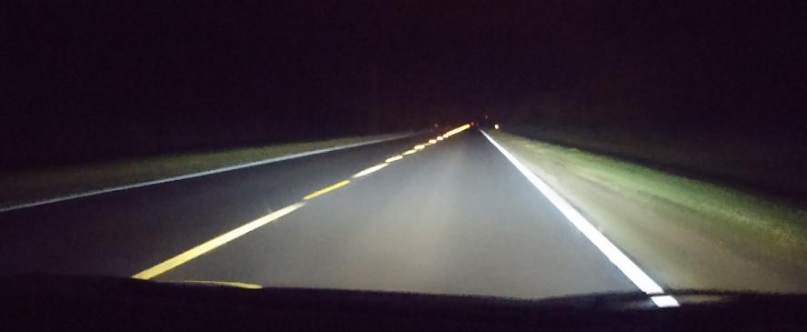 Ночью дорогу видно очень далеко из-за отражателей